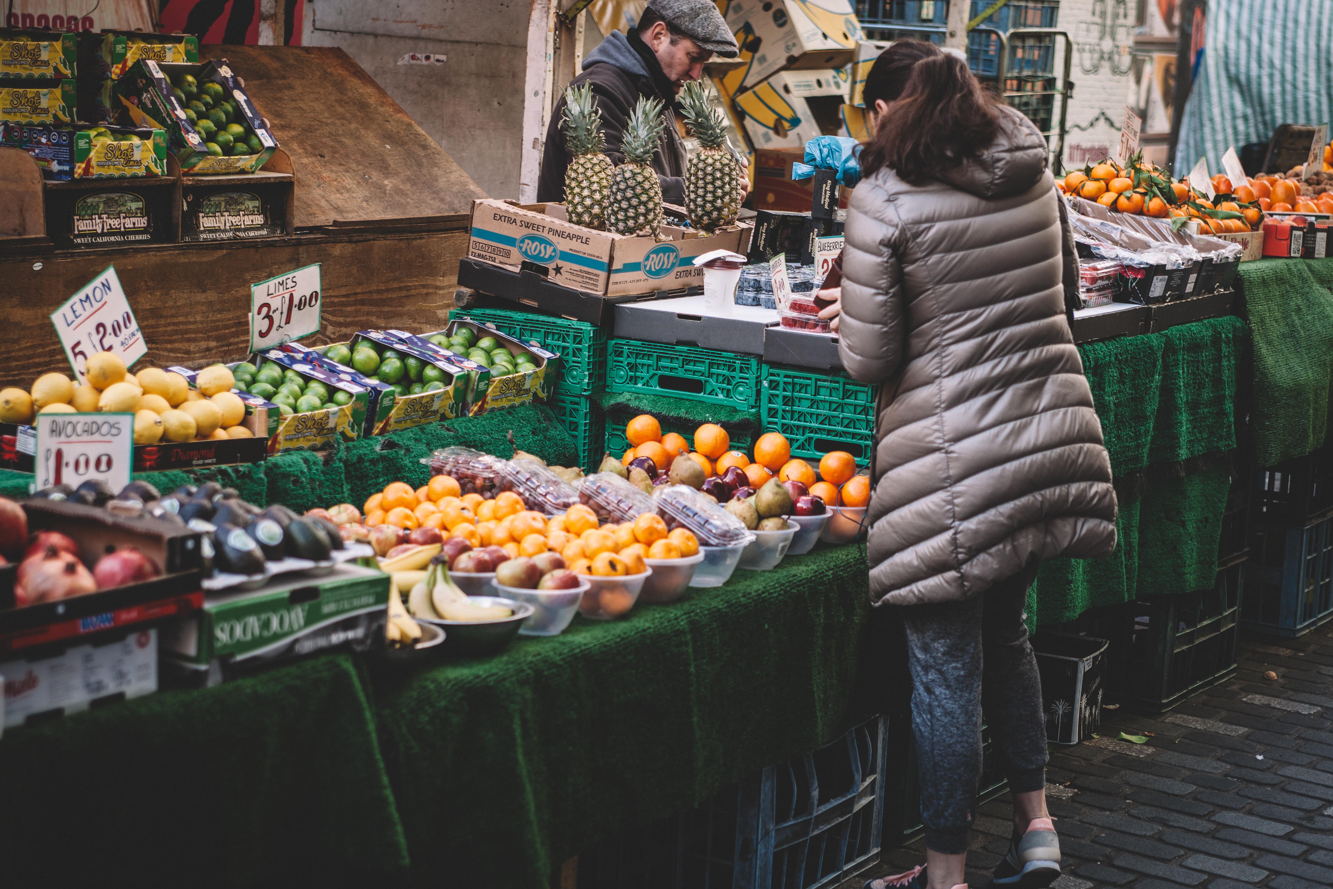 kvinne kjøper grønt.jpeg